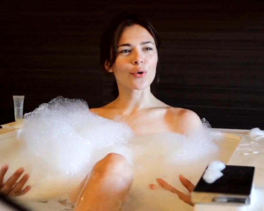 Nina-Kraviz-bubble-bath